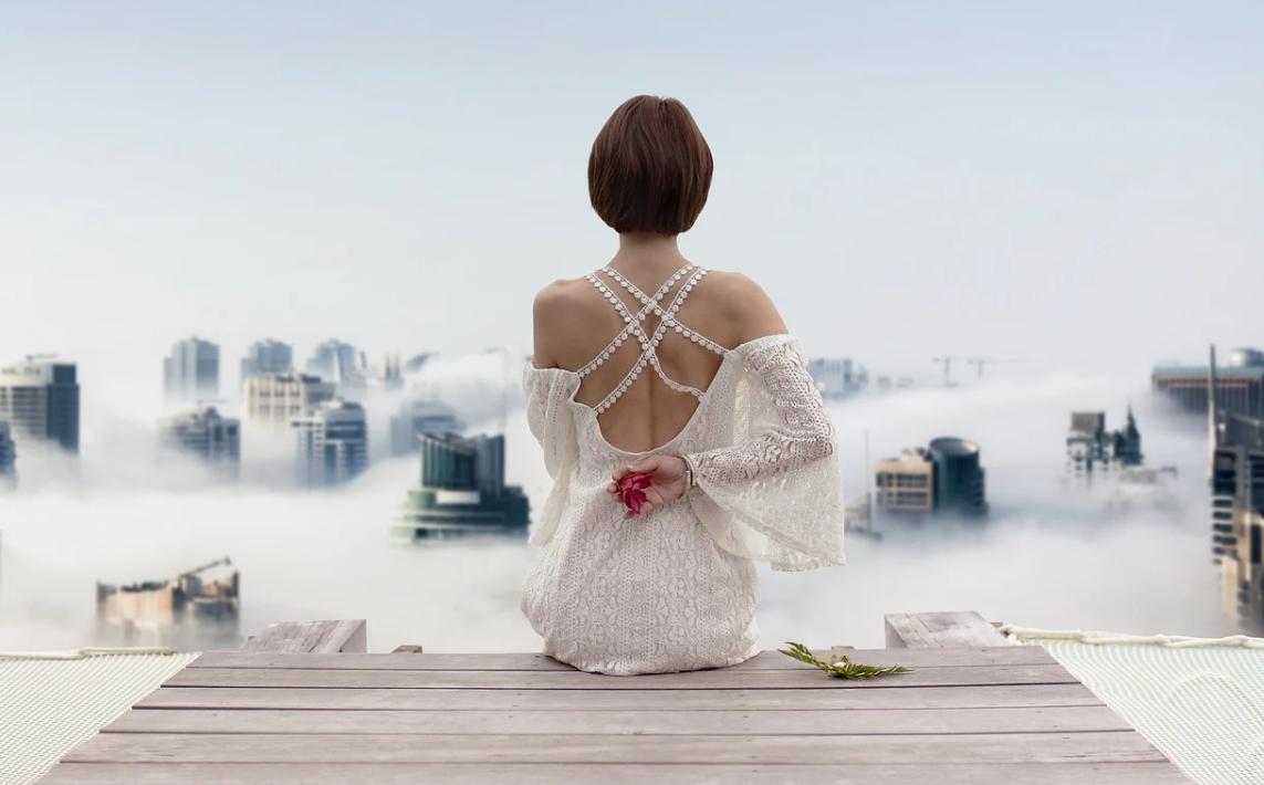 žena a šaty