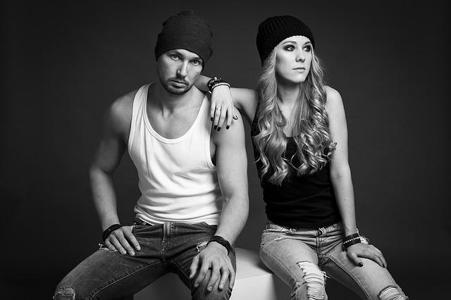 muž a žena v čepicích