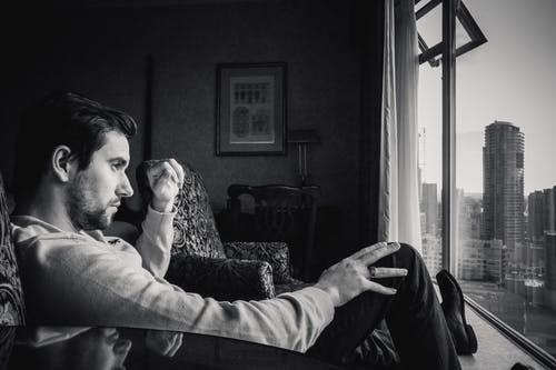 muž sedí