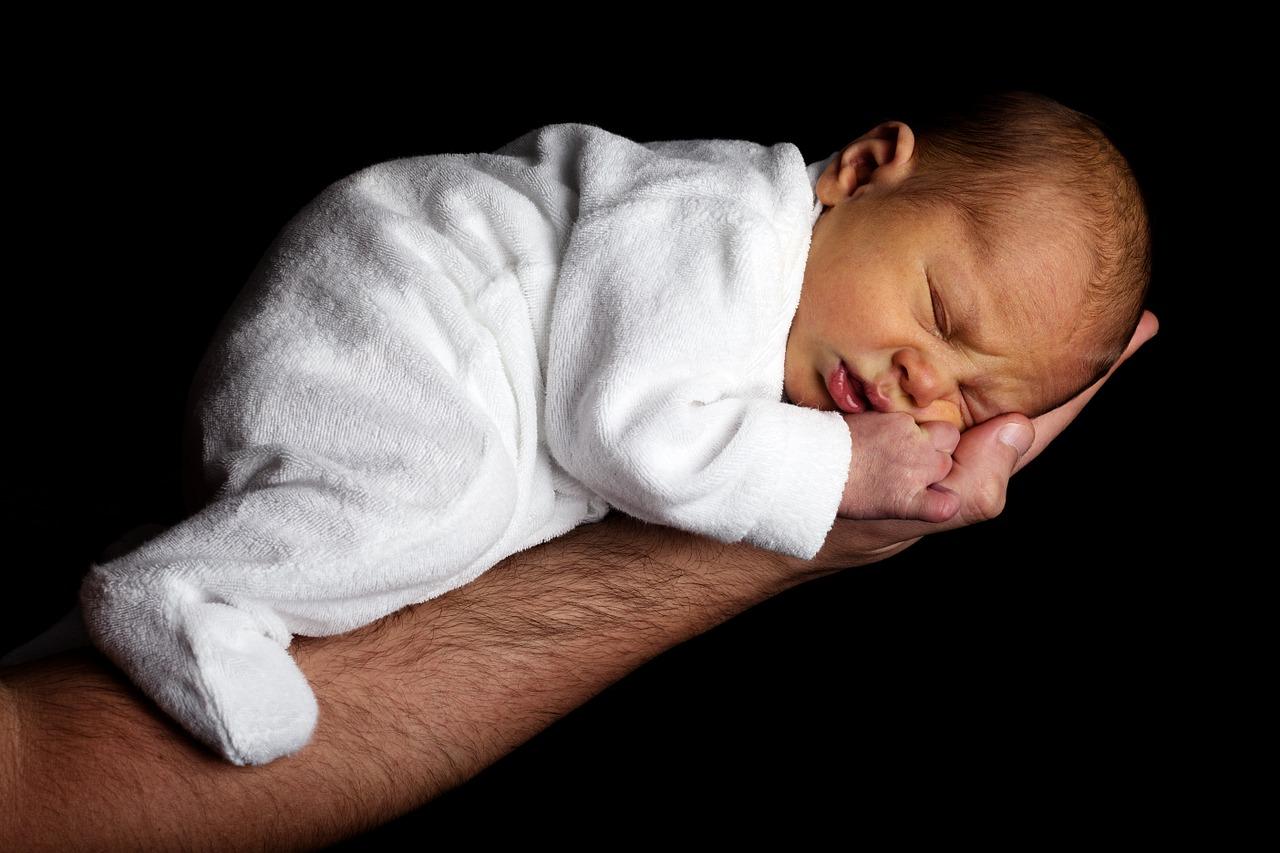 novorozeně na ruce